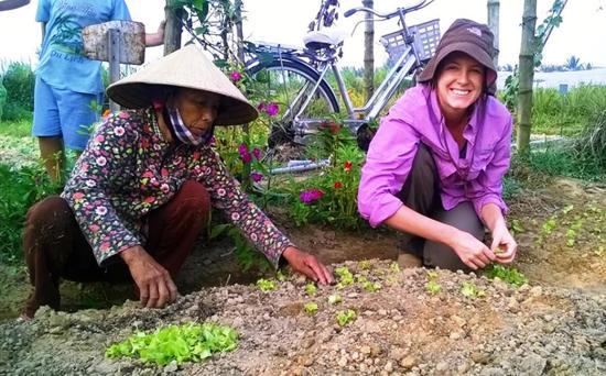 Hướng dẫn du khách trồng rau.