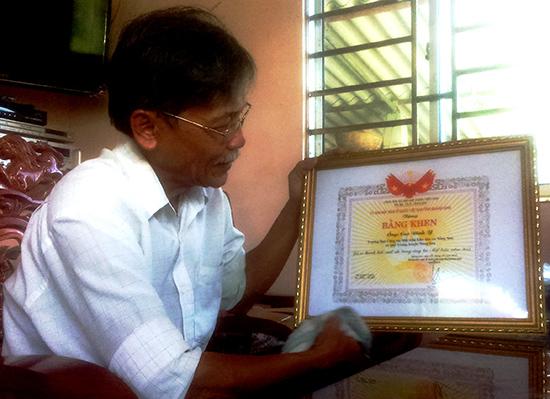 Ông Cao Đình Y với Bằng khen do UBND tỉnh tặng năm 2013. Ảnh: TÂM LÊ