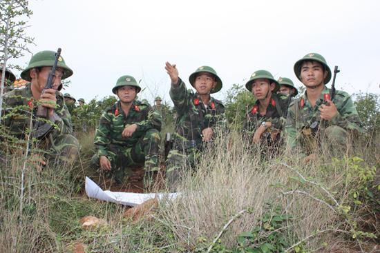 Hiệp đồng giao nhiệm vụ chiến đấu trong diễn tập của Tiểu đoàn 72. Ảnh: T.A