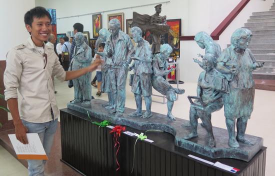 """Nguyễn Văn Huy và """"Hiệu ứng cúi"""" - giải A của Triển lãm khu vực Nam miền Trung - Tây Nguyên.  Ảnh: S.A"""