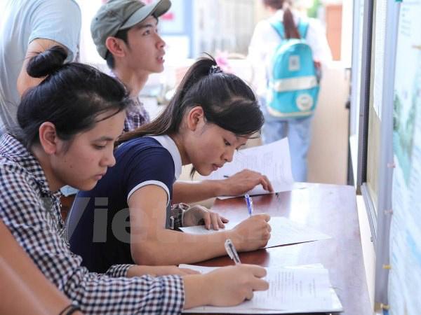 Thí sinh làm thủ tục rút hồ sơ tại Trường Đại học Công nghiệp Hà Nội. Ảnh: Lê Minh Sơn/Vietnam+