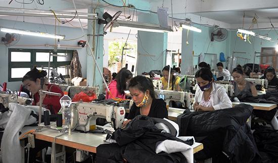 Nhiều lao động nữ có việc làm ổn định tại cơ sở may Mai Trung. Ảnh: VĂN SỰ