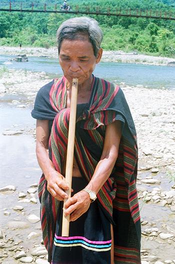 Mỗi khi nhớ ta lía, ông Lê Xuân Diệu lại đem sáo ra dòng sông Kót để thổi.