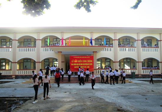 Trường THCS Chu Văn An (thị trấn Nam Phước) vừa hoàn thành việc xây dựng mới 10 phòng học 2 tầng. Ảnh: H.N