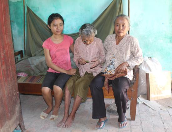Bà Võ Thị Quy, chị Phạm Thị Mến và bé Phạm Thị Phương Vy. Ảnh: T.N