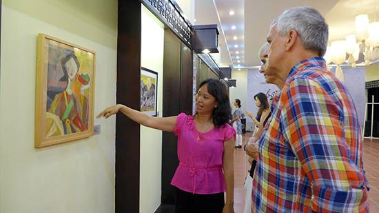 Trong lễ khai mạc, triển lãm đã thu hút nhiều khách tham quan là các họa sĩ trong và ngoài nước.  Ảnh: K.T.H