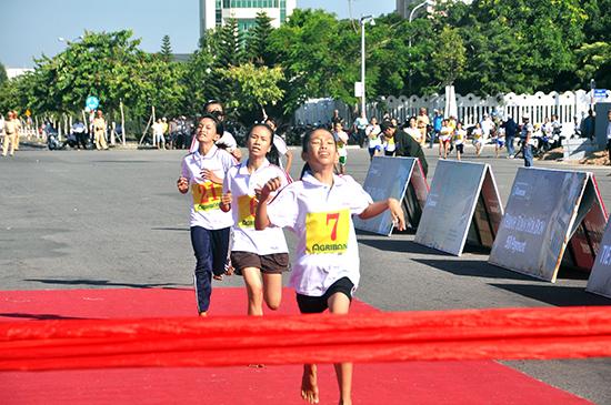 Sự nỗ lực hết sức mình trên đường chạy là nét đẹp của giải Việt dã Báo Quảng Nam.                     Ảnh: TƯỜNG VY