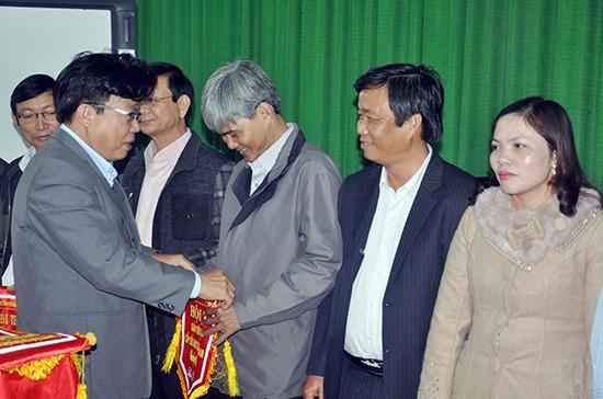 Giám đốc Sở GD-ĐT Hà Thanh Quốc tặng cờ lưu niệm cho các thầy cô giáo tham gia hội thi giáo viên giỏi.  Ảnh: X.PHÚ