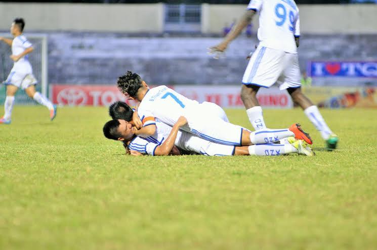 Niềm vui của các cầu thủ QNK Quảng Nam sau bàn thắng của Minh Tuấn
