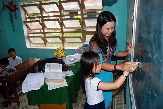 Chú trọng công tác xây dựng Đảng trong trường học giúp nâng cao chất lượng giáo dục ở Núi Thành. Ảnh: Đ.ĐẠO