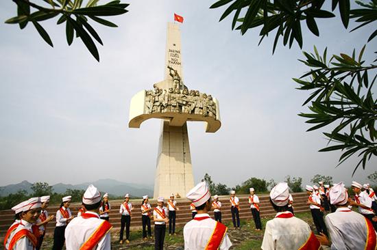 Thiếu niên sinh hoạt đội tại Tượng đài chiến thắng Núi Thành.