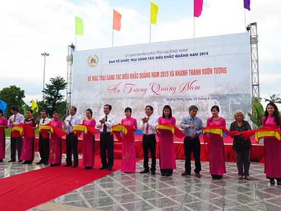 Các đồng chí lãnh đạo tỉnh thực hiện nghị thức cắt băng khánh thành Vườn tượng nghệ thuật tại Quảng trường 24.3.