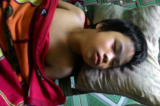 Chị Là và cháu Hảo bị bệnh nhưng vẫn nằm ở nhà, vì gia đình không còn tiền đi viện. Ảnh: C.N