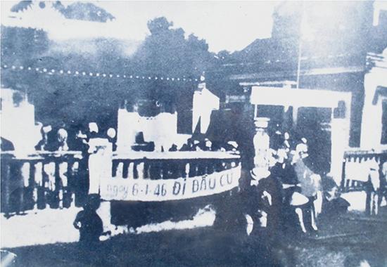 Lực lượng Công an Quảng Nam bảo vệ một điểm bầu cử Quốc hội tại Hội An năm 1946.                      Ảnh tư liệu