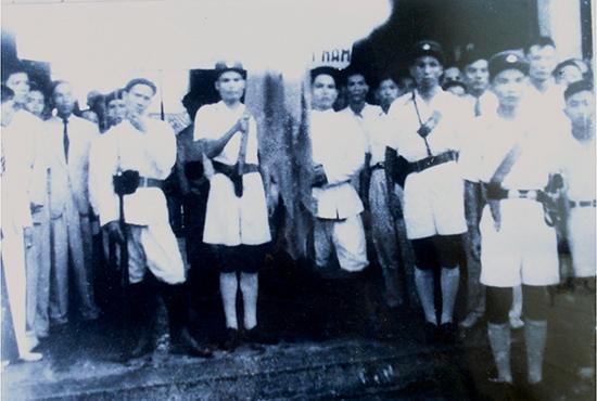 Lực lượng vũ trang Quảng Nam (gồm công an và quân đội) trong buổi lễ ra mắt Ủy ban Cách mạng lâm thời năm 1945.