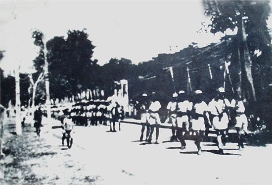 Công an Quảng Nam tham gia diễu hành trong lễ ra mắt Ủy ban Cách mạng lâm thời năm 1945.