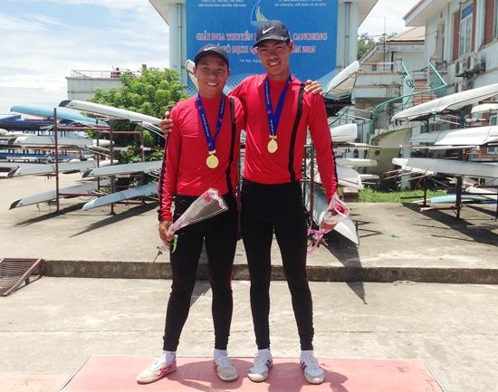 Võ Như Sang (bên trái) nhận Huy chương Vàng giải vô địch trẻ toàn quốc tổ chức vào tháng 7.2015 tại Hà Nội.
