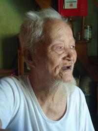 Ông Trần Văn Truyền, lão thành cách mạng, nguyên Chủ tịch UBND huyện Tam Kỳ (cũ) kể câu chuyện của những ngày Cách mạng Tháng Tám 1945. Ảnh: V.T