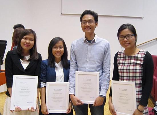 Lê Mai Thanh Thảo (bìa trái) nhận học bổng du học thạc sĩ ở Na Uy. (Ảnh do gia đình cung cấp)