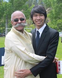 Lê Mai Thanh Đức (phải) và giáo sư Ravi ở Trường Thế giới liên kết Hoa Kỳ.