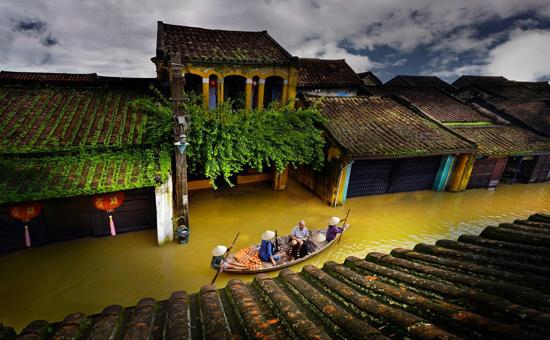 Từ trái sang, TP.Hội An mùa lũ, làng gốm Thanh Hà , Tháp Mỹ Sơn qua flycam của Mai Thành Chương.