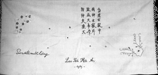 Tấm khăn thêu bài thơ Nhật ký trong tù của Bác Hồ do chị em trong nhà tù chính trị Hội An thêu năm 1969.