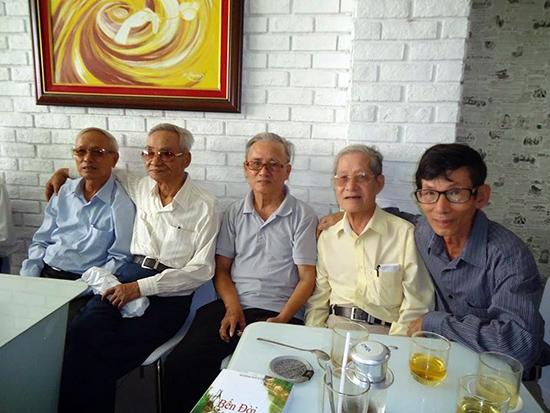 Bằng hữu tổ chức mừng thọ 85 tuổi cho nhà thơ Tường Linh (áo trắng, người thứ 2, từ bên trái).