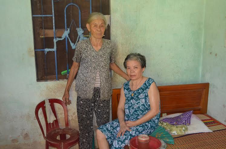 Bà Ngọc bên người con gái bị tai biến.