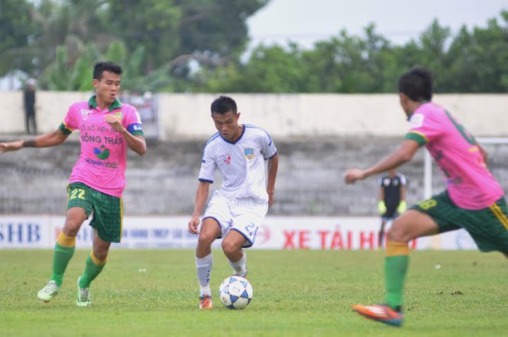 Thanh Hưng ghi bàn thắng quyết định giúp QNK Quảng Nam giành chiến thắng nghẹt thở trên sân Thanh Hóa.