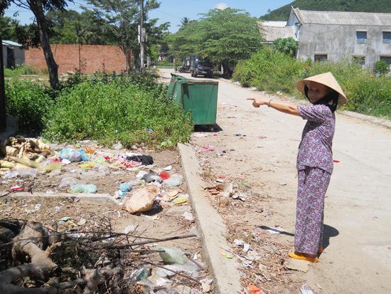 Nhà trung chuyển rác chợ Tiên Thọ bị biến thành nơi tập trung rác từ nhiều nguồn gây ô nhiễm môi trường. Ảnh: H.P.T