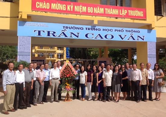 Các  cựu học sinh khóa 68 - 75 về dự 60 năm thành lập THPT Trần Cao Vân Tam Kỳ. Ảnh: Đ.Q