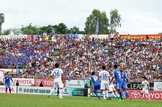 Sân Tam Kỳ trong trận QNK Quảng Nam gặp Hoàng Anh Gia Lai có số khán giả đông kỷ lục từ trước đến nay với hơn 15.000 người.