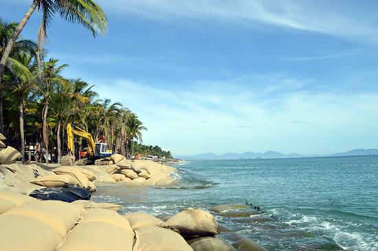 Các giải pháp kè chống sạt lở bờ biển Cửa Đại cũng chỉ mang tính tạm thời. Ảnh: VĨNH LỘC