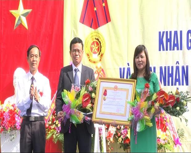 Trường Tiểu học Nam Phước 3 đón nhận Huân chương Lao động hạng Nhì.