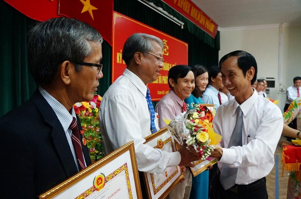 Đồng chí Võ Hồng – Bí thư Đảng ủy Khối các cơ quan tỉnh trao Huy hiệu 30 năm tuổi Đảng cho các đảng viên.