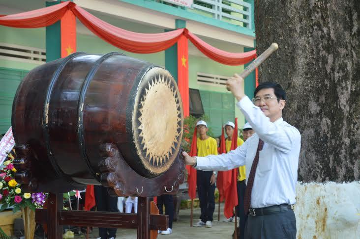 Đồng chí Nguyễn Ngọc Quang đánh trống khai giảng tại truờng THPT Nguyễn Duy Hiệu.