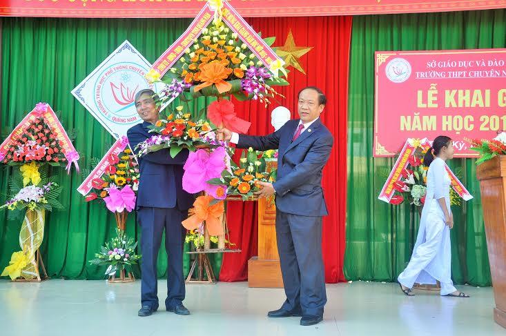 Chủ tịch UBND tỉnh Đinh Văn Thu tặng hoa chúc mừng nhân khai giảng.