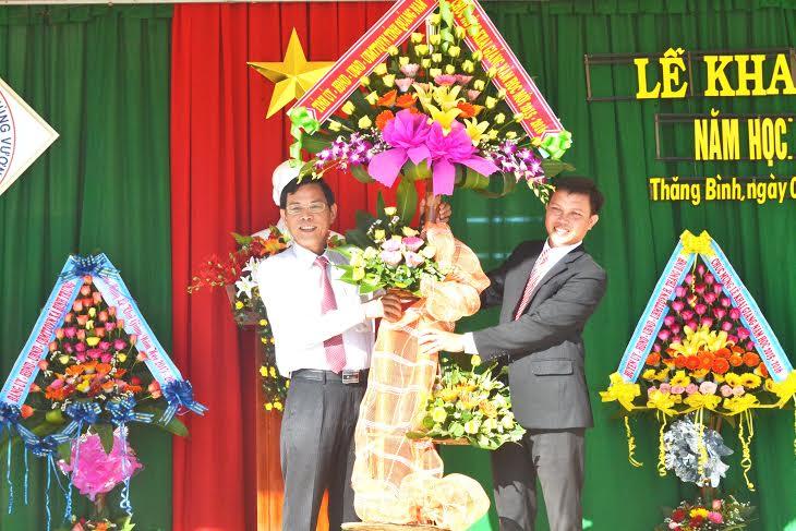 Phó Chủ tịch UBND tỉnh Nguyễn Chín trao quà động viên thầy và trò Trường THPT Hùng Vương trong năm học mới.