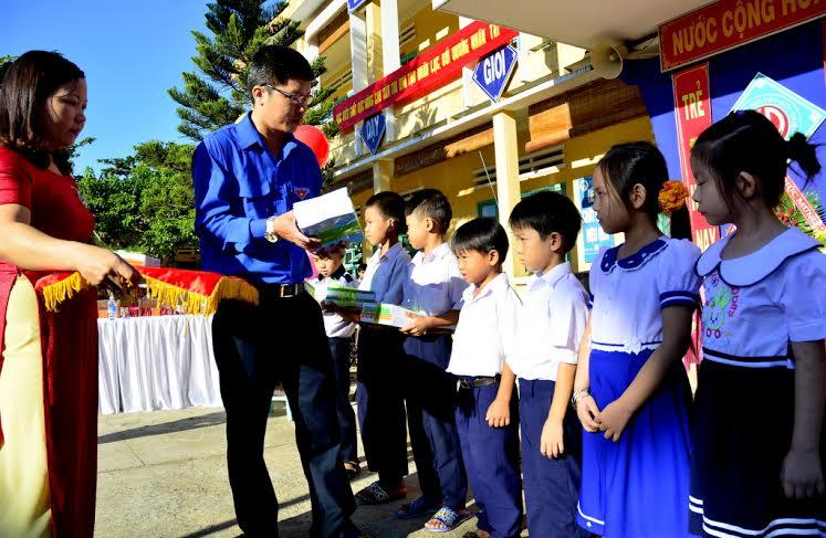 Bí thư Huyện đoàn Đại Lộc Mai Anh Sơn tặng quà cho học sinh nghèo. Ảnh: XUÂN KHÁNH