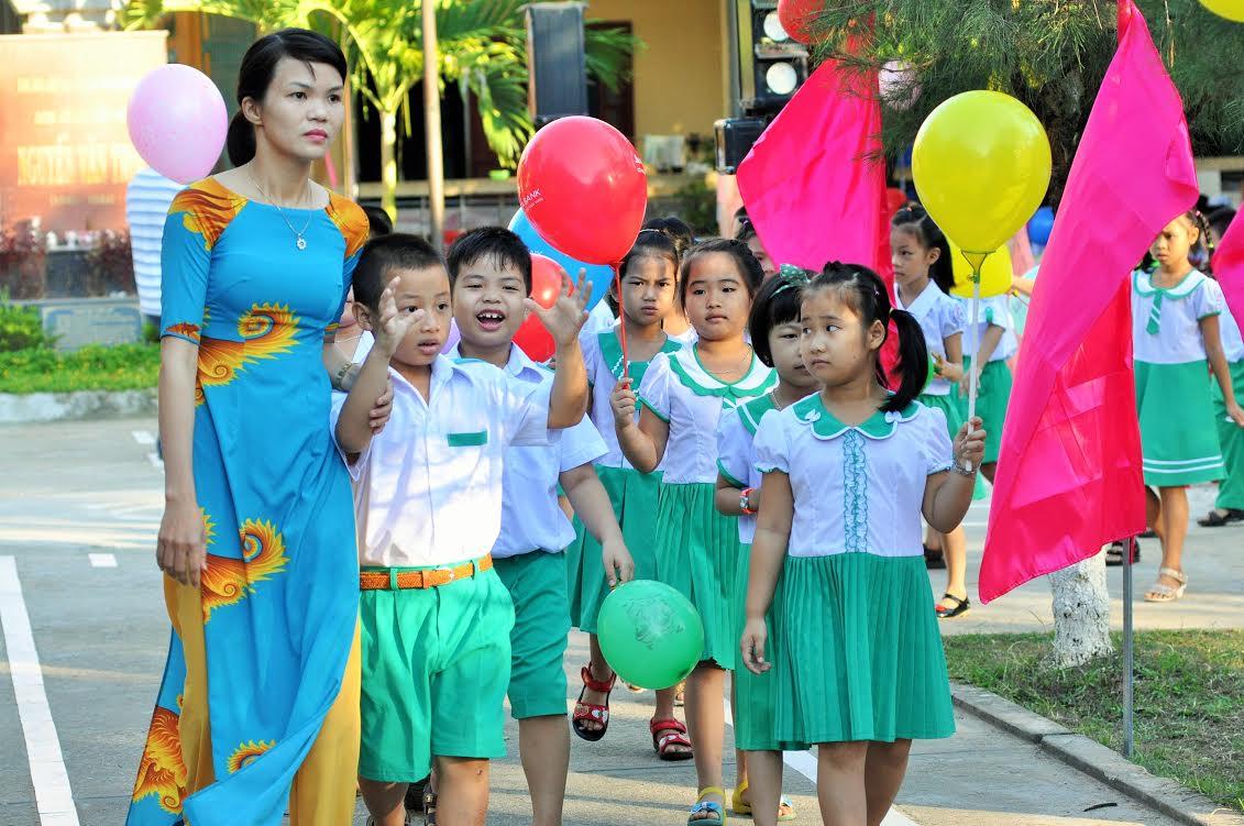 Đón HS sinh lớp 1 vào trường của Trường Tiểu học Nguyễn Văn Trỗi  (TP.Tam Kỳ)