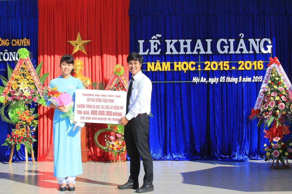 Đại diện của đại học Upper Iowa Hoa Kỳ trao tặng  800 triệu đồng và học bổng toàn phần cho thủ khoa Nguyễn Thị Thanh
