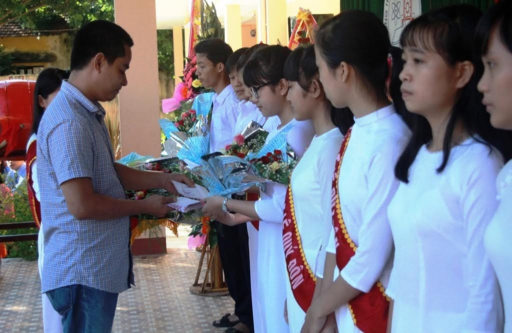 Ảnh 2: Các cựu học sinh của trường trao 11 suất học bổng cho các em học sinh nghèo vượt khó, có thành tích tốt trong học tập.
