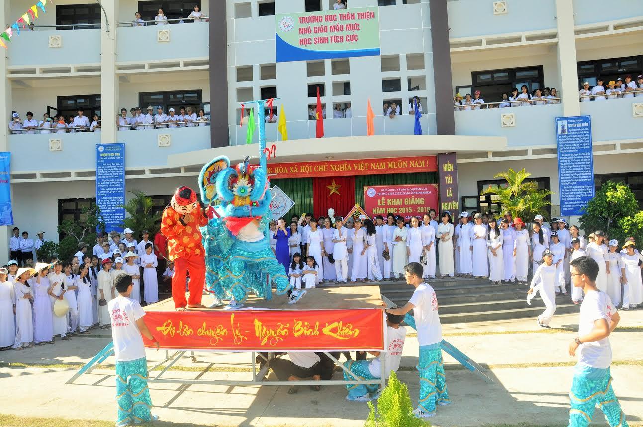 """Phần hội với tiết mục múa lân """"cây nhà lá vườn"""" của HS Trường THPT chuyên Nguyễn Bỉnh Khiêm tạo khí thế sôi nổi trong ngày khai giảng"""