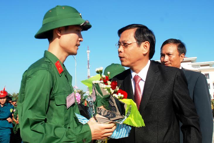 Phó Chủ tịch UBND tỉnh Nguyễn Chín nói chuyện, động viên tinh thần các bạn trẻ trước khi vào quân ngũ.