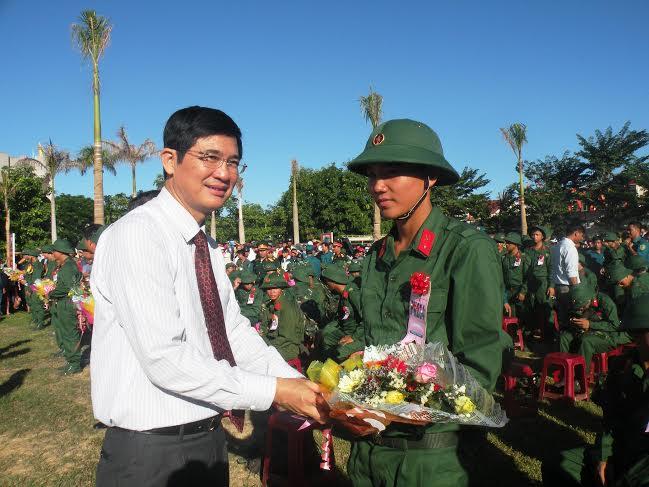 Đồng chí Nguyễn Ngọc Quang – Phó Bí thư Thường trực Tỉnh ủy, Chủ tịch HĐND tỉnh tặng hoa động viên chiến sĩ mới.