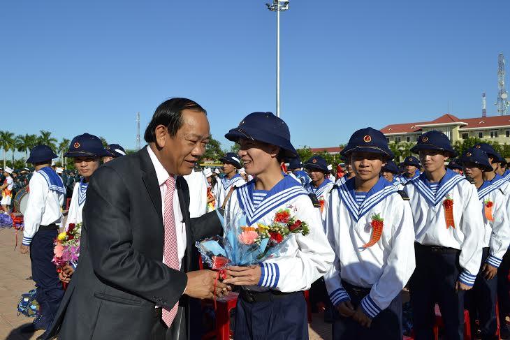 Chủ tịch Đinh Văn Thu tặng hoa động viên chiến sĩ mới.