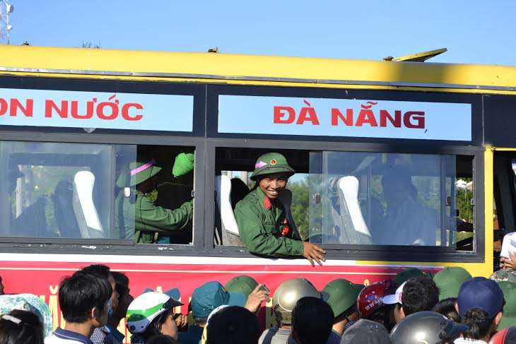 Chiến sĩ trẻ Điện Bàn vui vẻ lên đường làm nhiệm vụ.