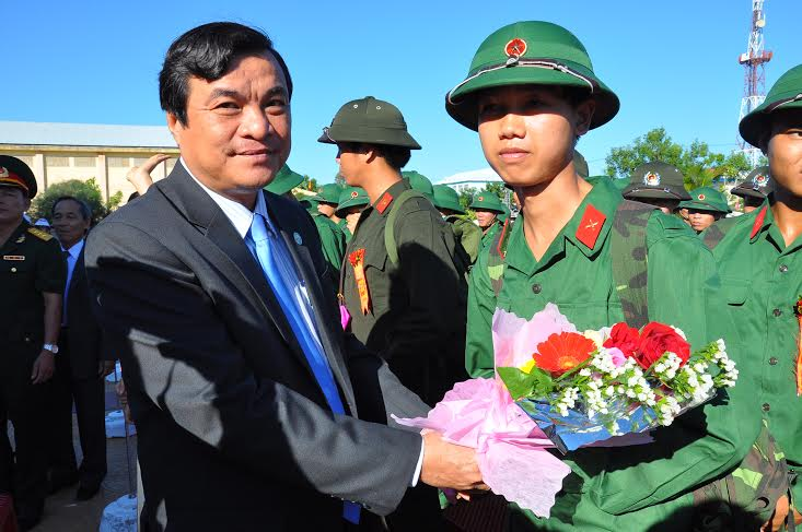 Đồng chí Phan Việt Cường, Trưởng Ban Nội chính Tỉnh ủy tặng hoa tân binh trước khi về đơn vị mới.
