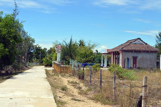 Con đường bê tông dẫn về xóm Cồn (xóm Sa Khê) hôm nay.          Ảnh: Quốc Tuấn