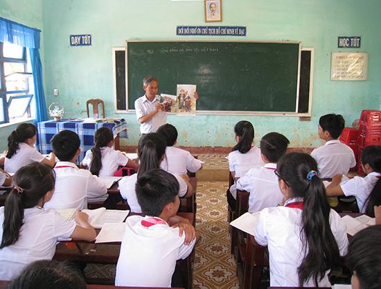 Giờ dạy của thầy giáo Lương Phước Hùng luôn hấp dẫn, lôi cuốn học sinh.                    Ảnh: TRÍ ĐẠI